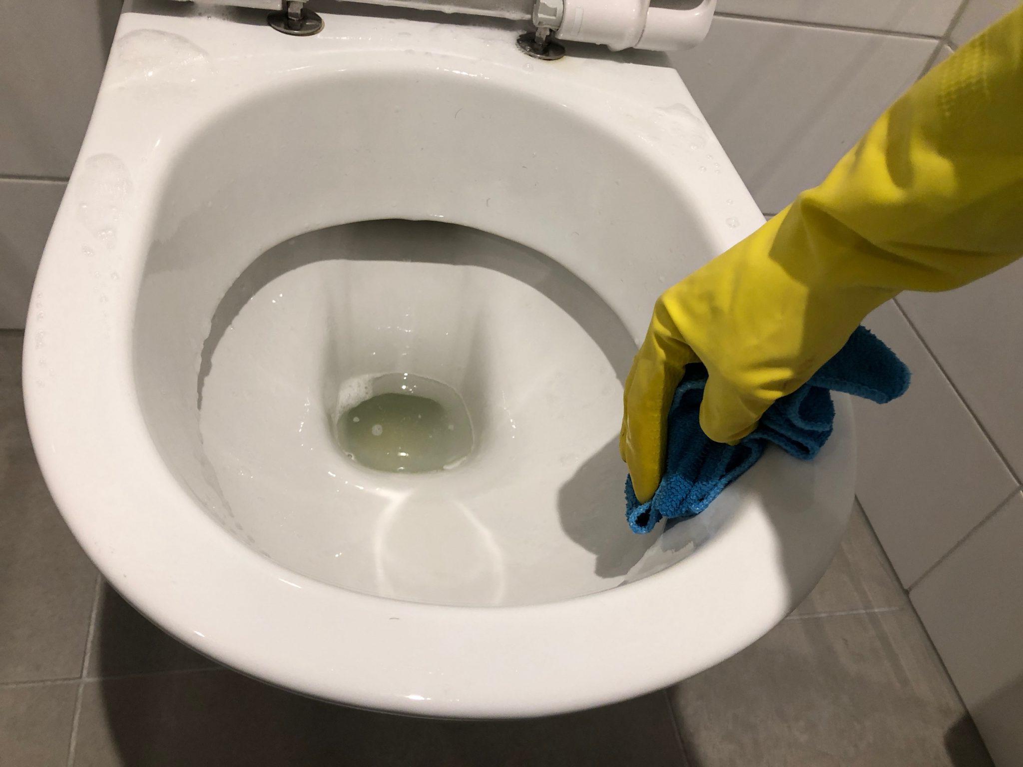 WC poetsen met doek