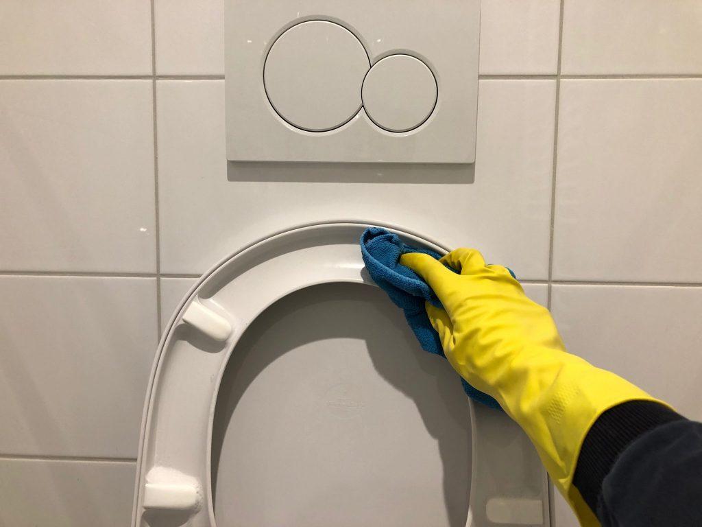Onderkant WC bril schoonmaken