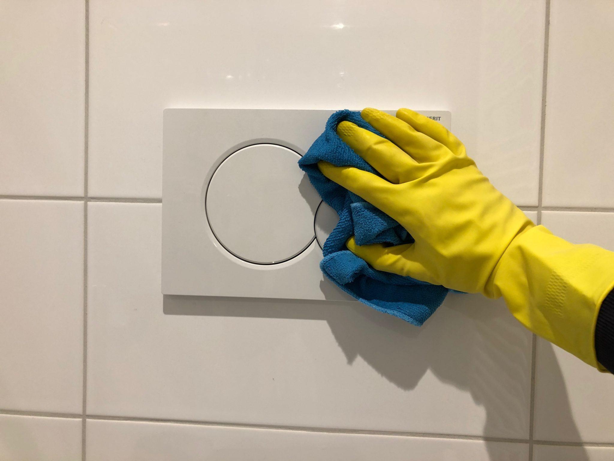 Drukknop WC schoonmaken