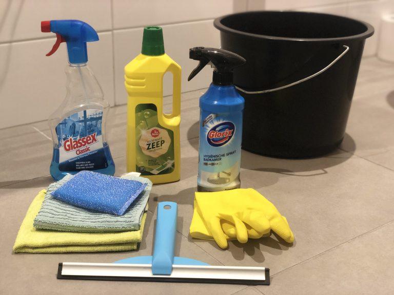 benodigdheden voor het schoonmaken van de badkamer