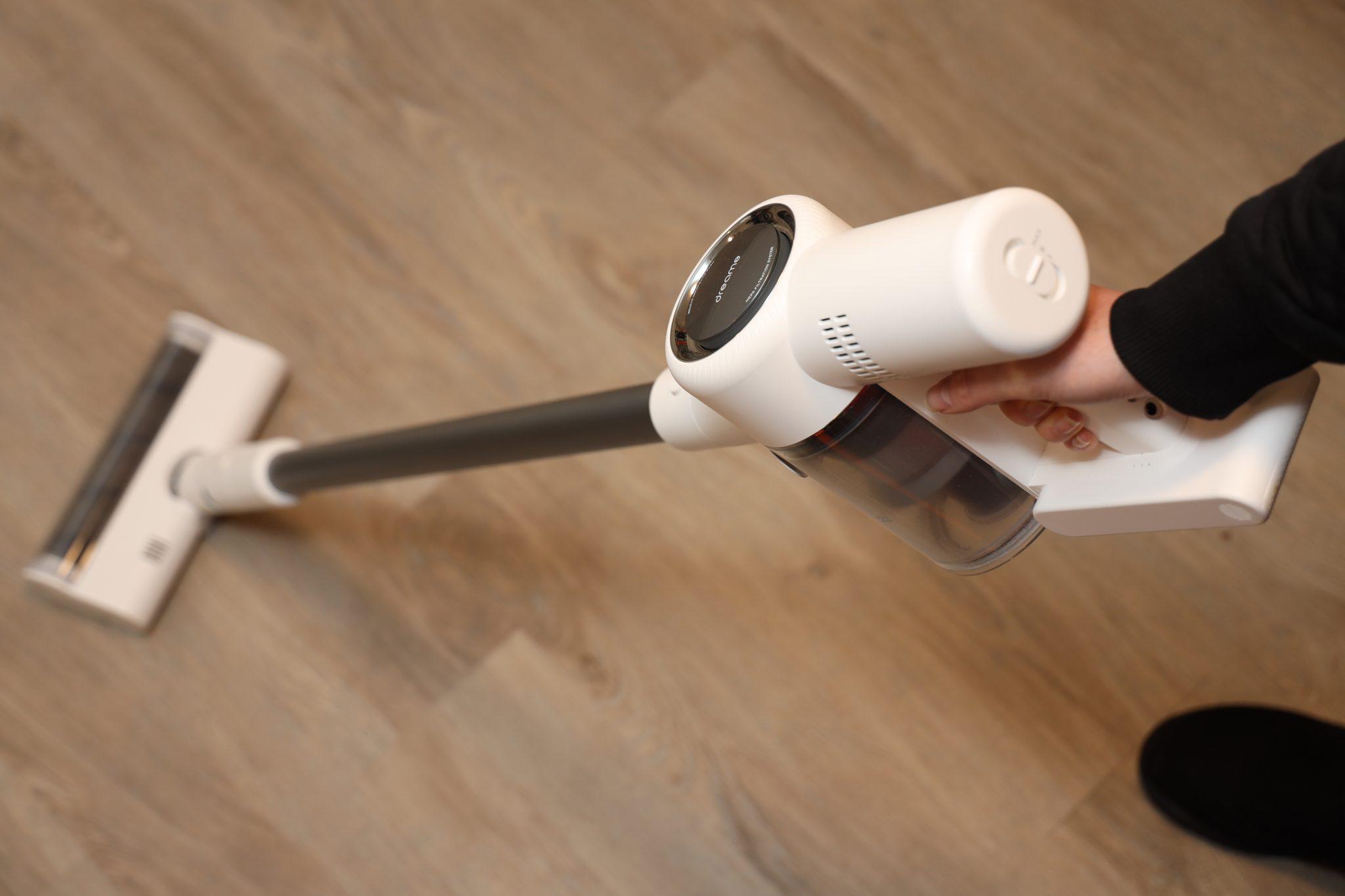 draadloze stofzuiger zuigt houten vloer