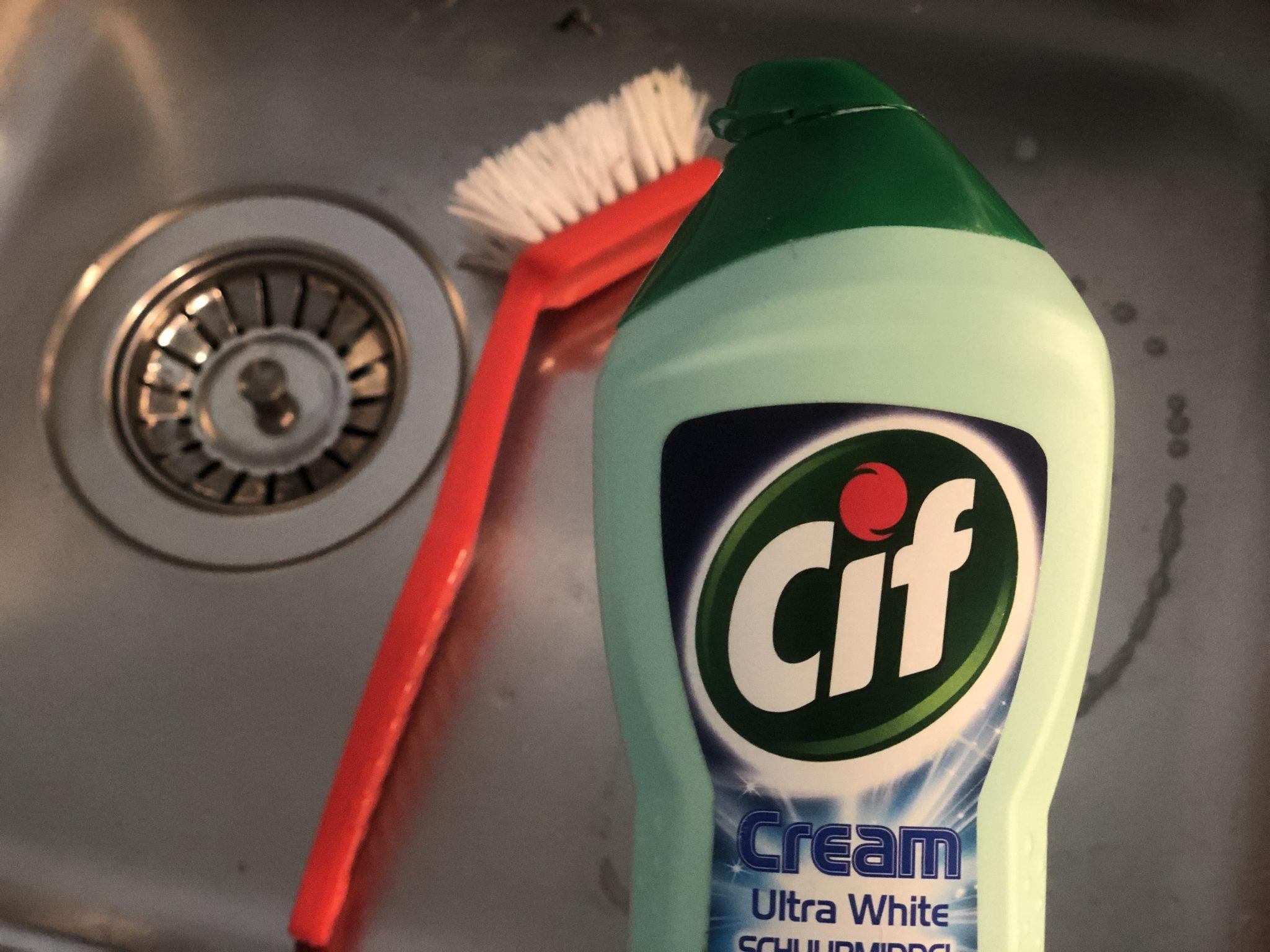 Wasbak schoonmaken met vloeibaar schuurmiddel