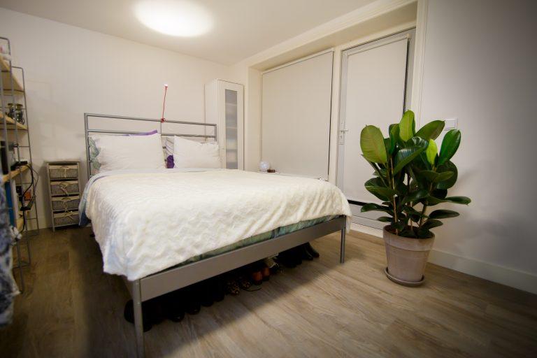 Opgemaakt bed in slaapkamer