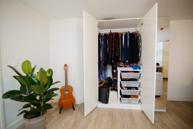 kledingkast op een houten vloer in een slaapkamer