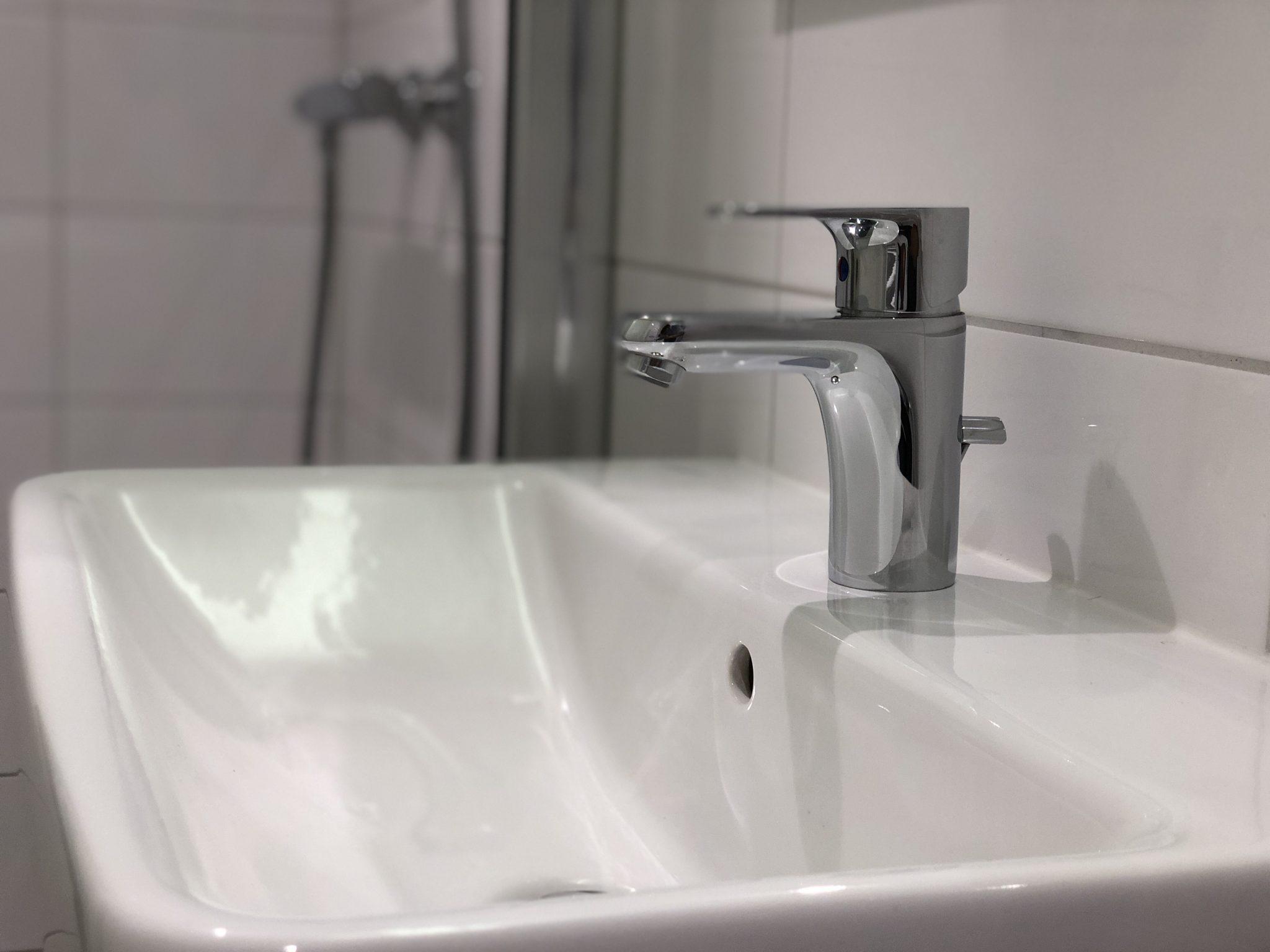 wastafel in een badkamer