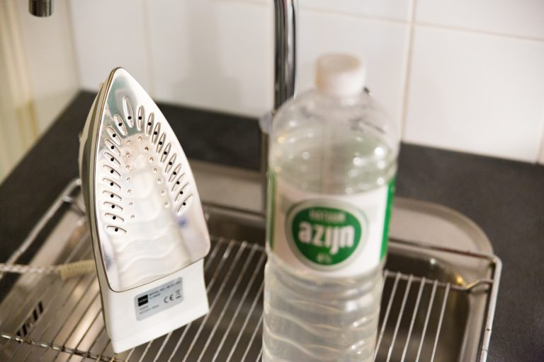 Strijkbout in wasbak schoonmaken