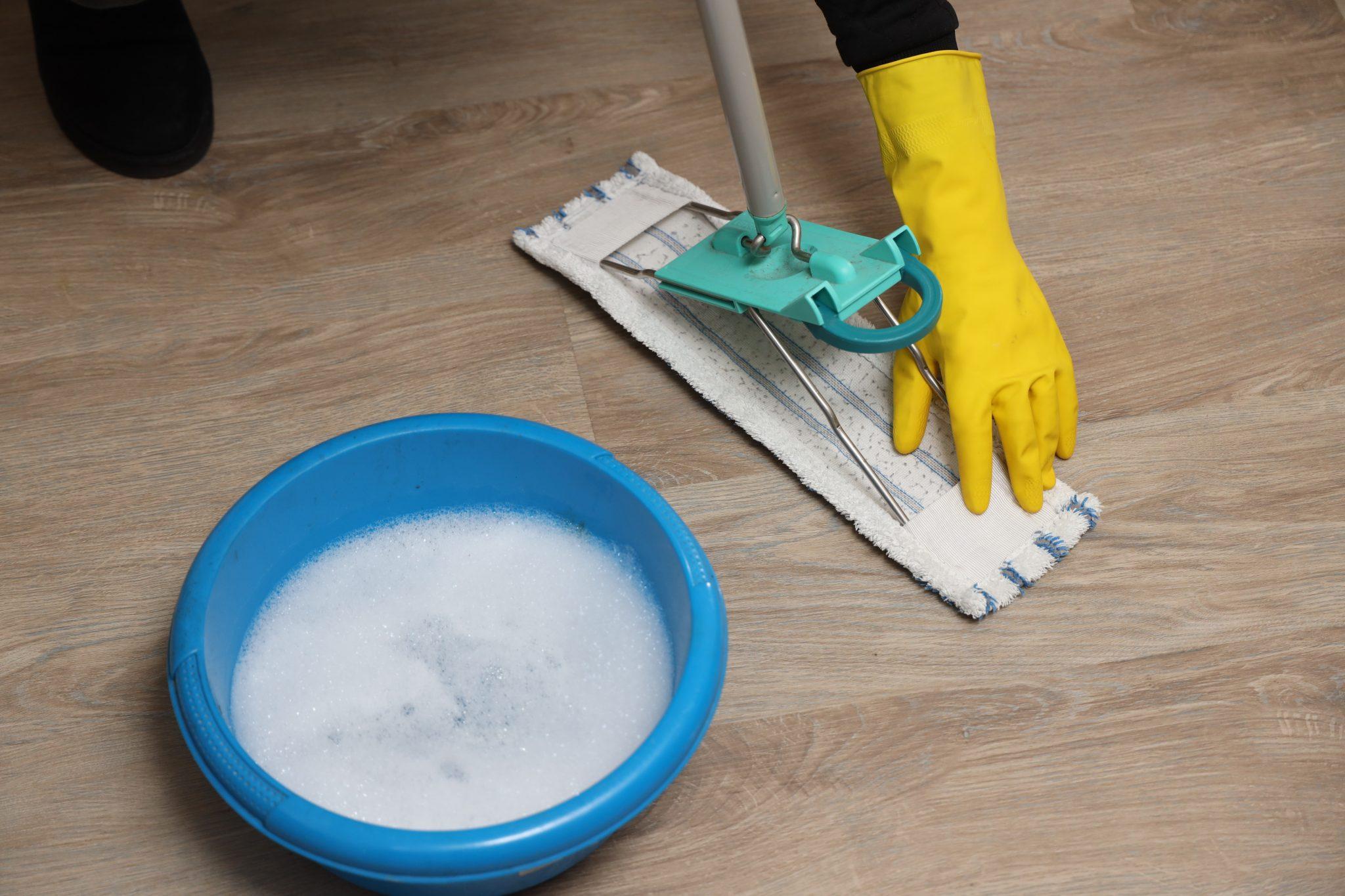 vloer dweilen met desinfecteer middel