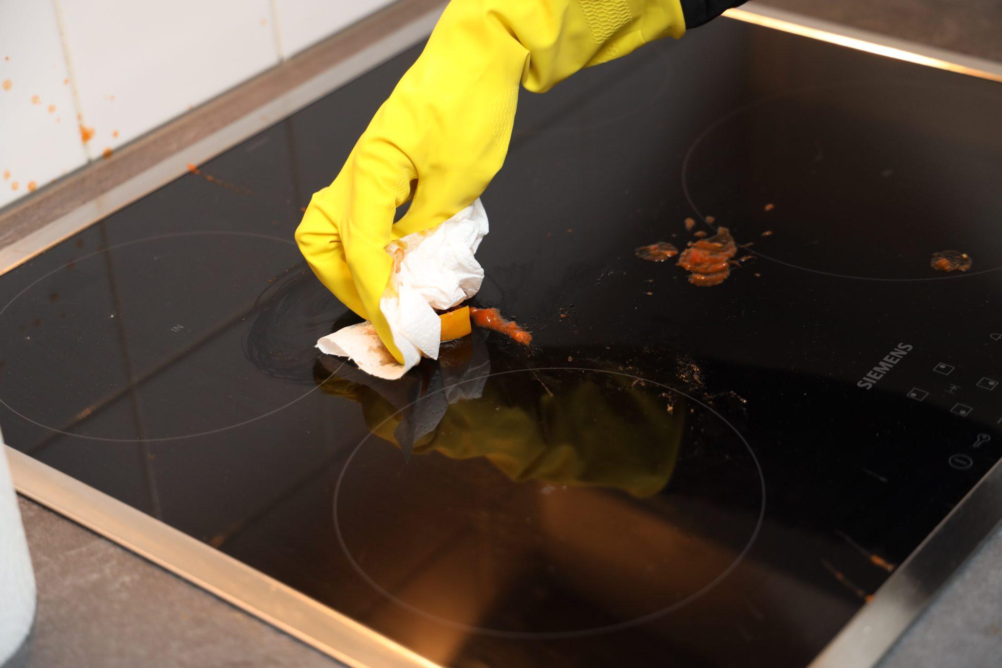 Kookplaat etensresten verwijderen