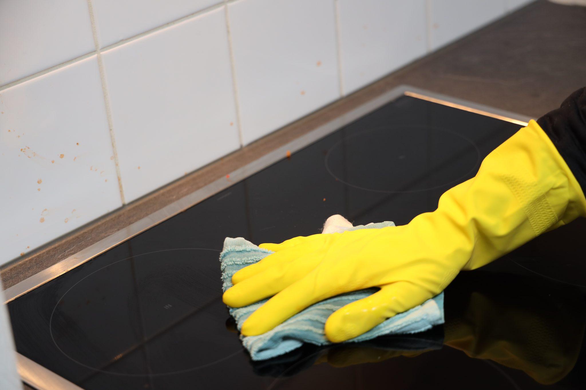 kookplaat afnemen met vochtige doek