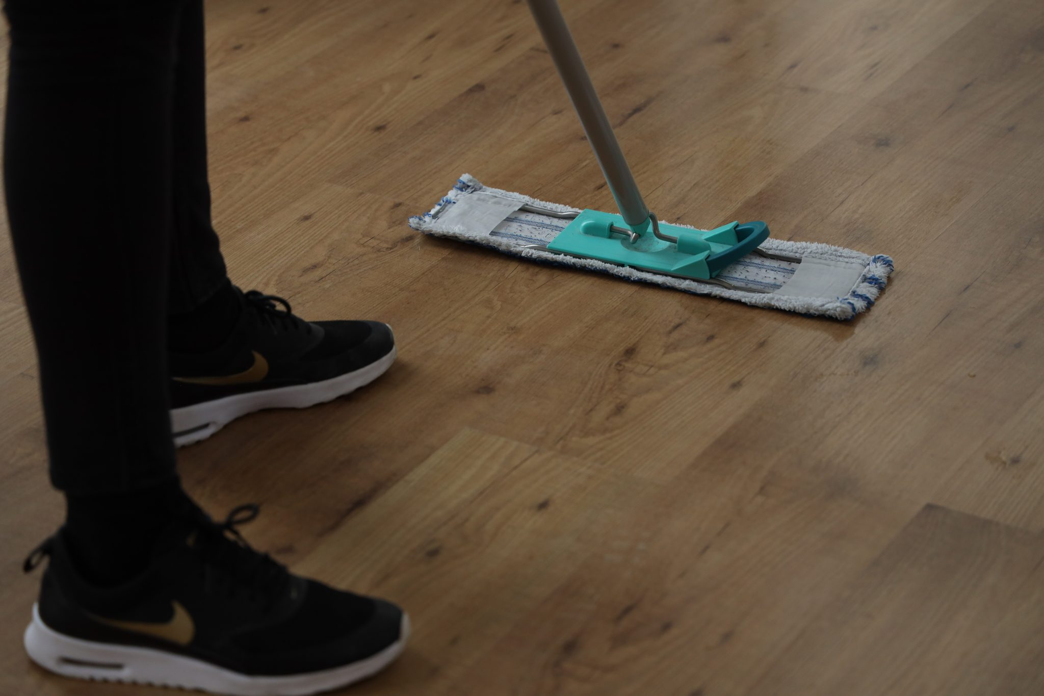 Laminaat dweilen met vloerwisser