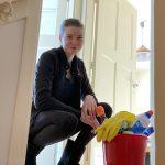 Zoe met schoonmaakmiddelen