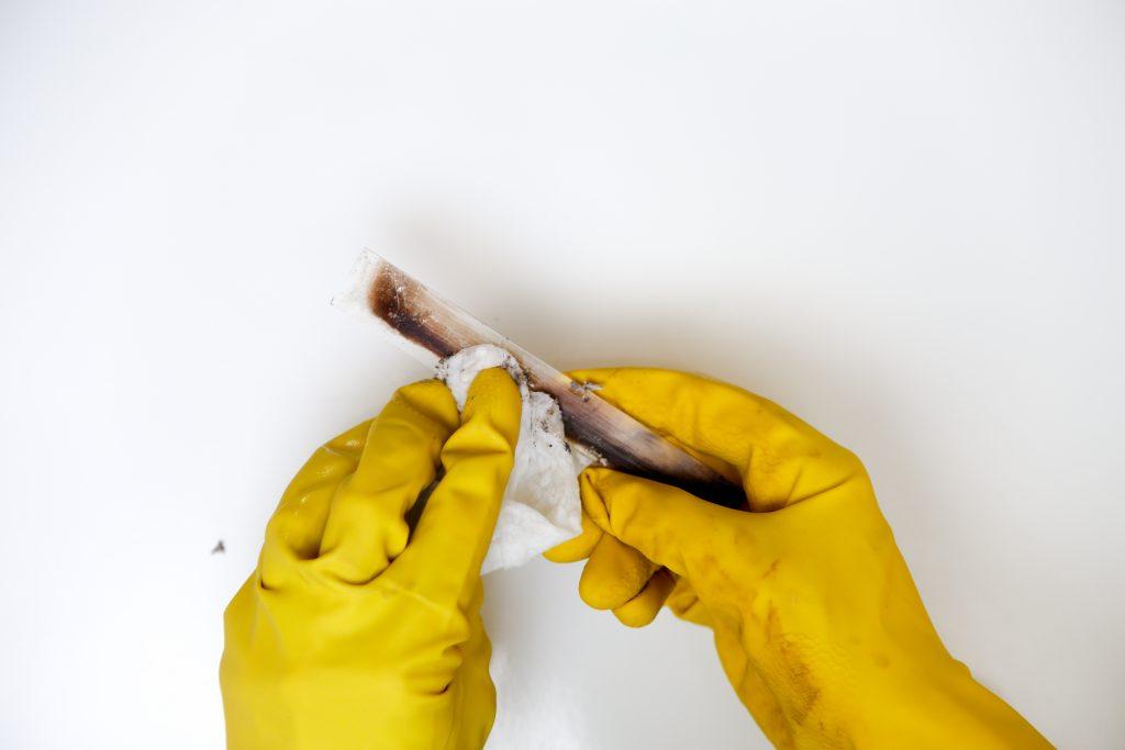 kachelruitje schoonmaken met as