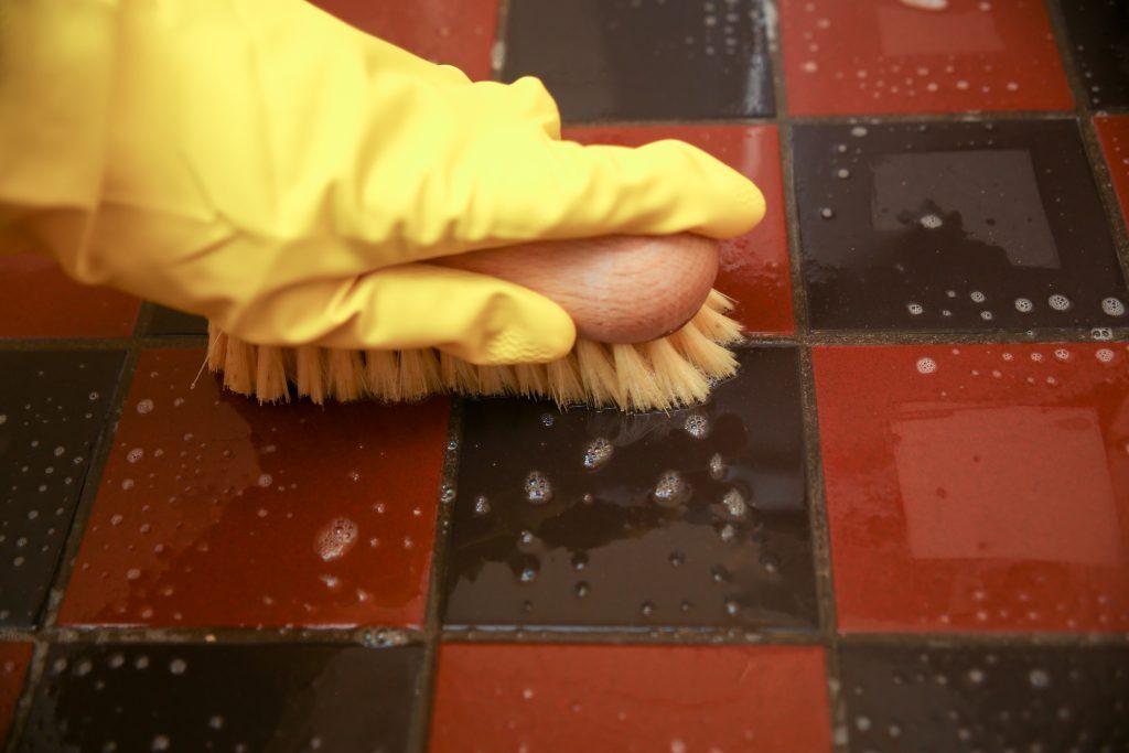 tegelvloer voegen schoonmaken