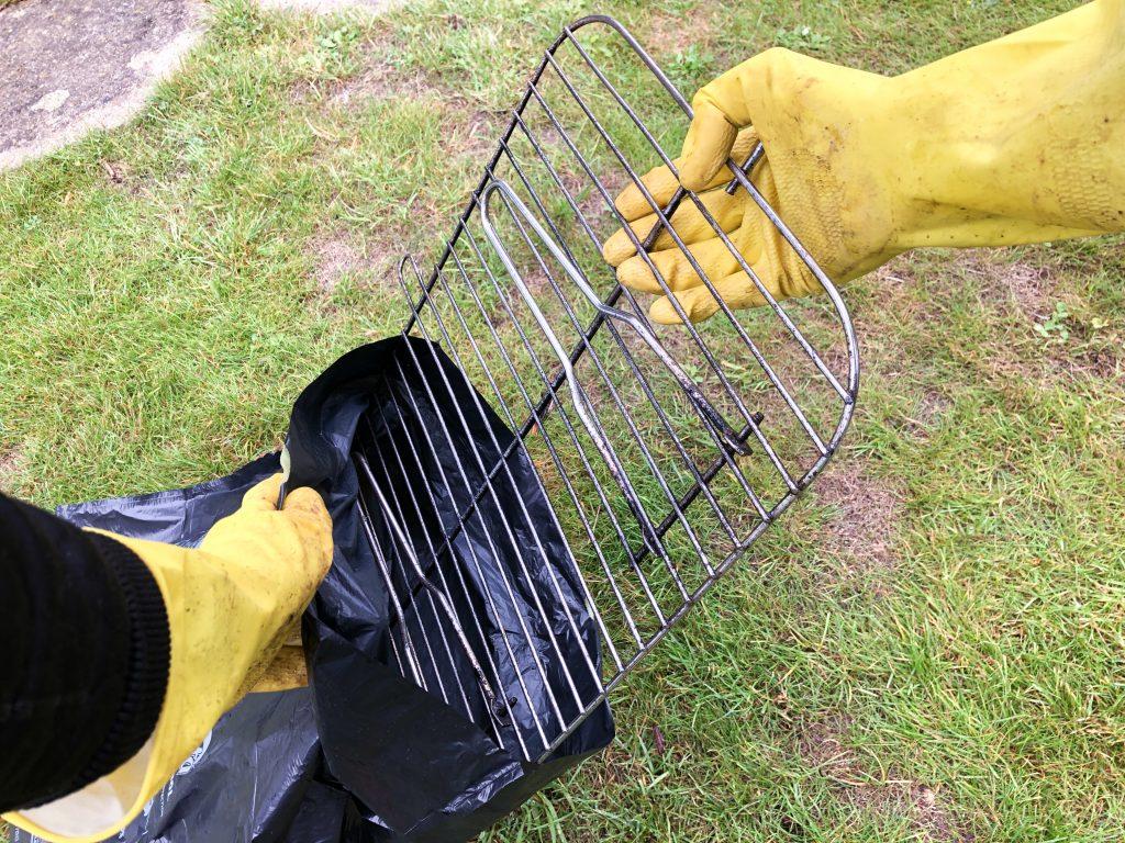 BBQ rooster schoonmaken vuilniszak