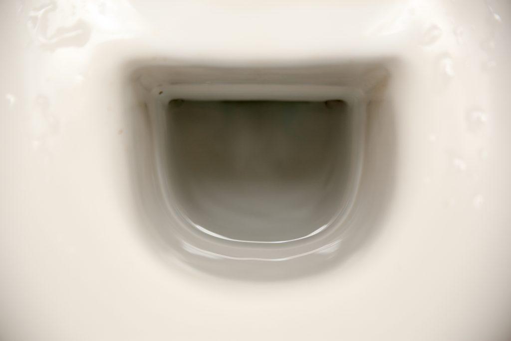 bruine aanslag in de WC schoonmaken