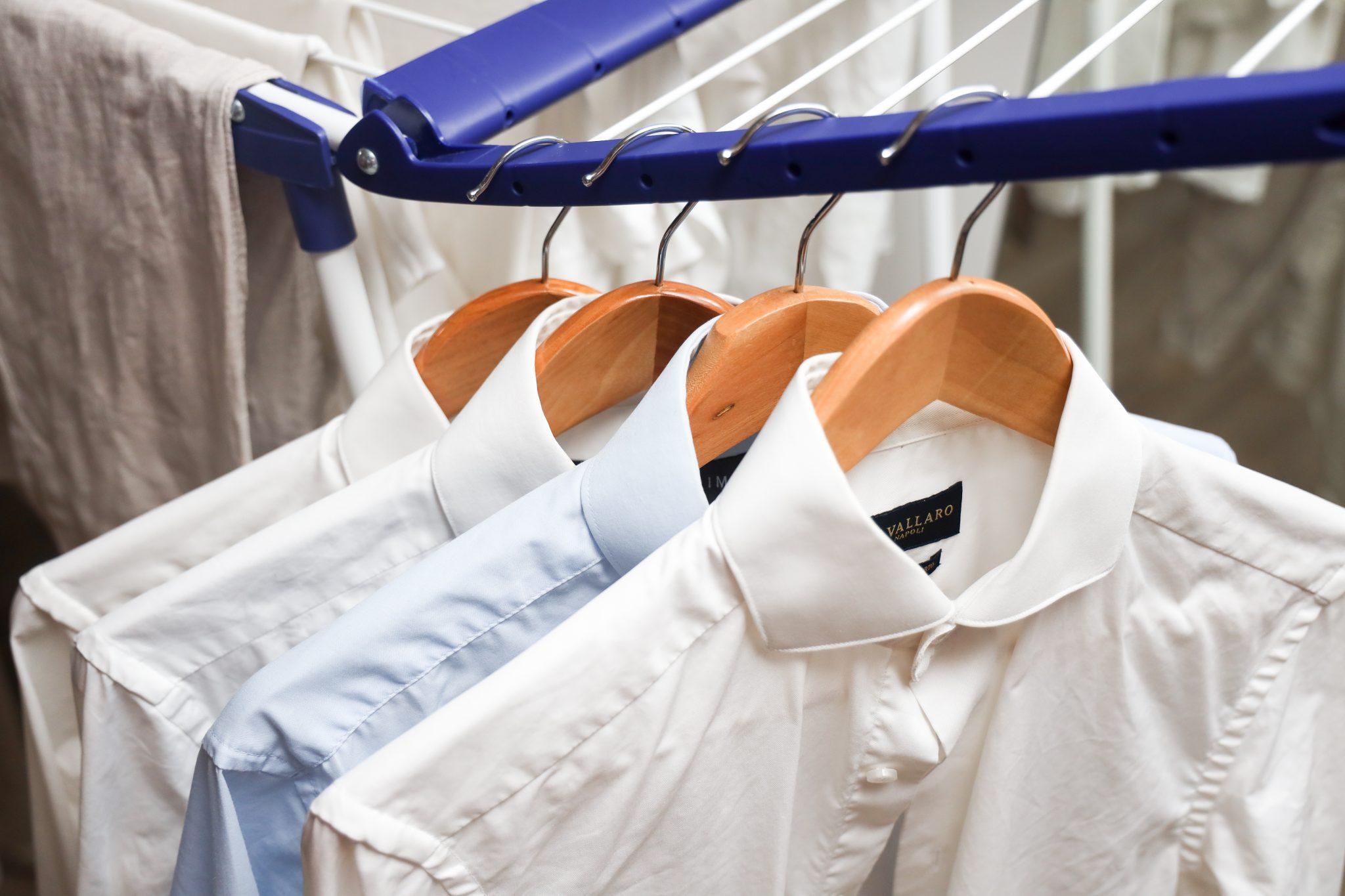 overhemden op kledinghanger